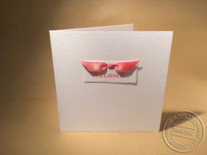 geboortekaartje met naamkaartje en vlinderstrikje